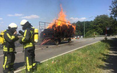 Anhänger mit Stroh in Brand geraten