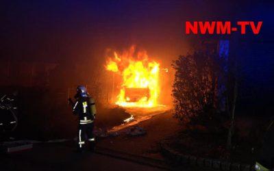 PKW brennt in Carport